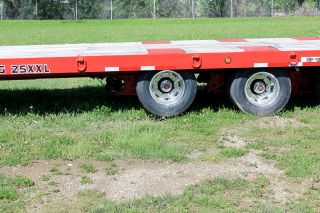 The front axle of the trailer is mounted to an air suspension.