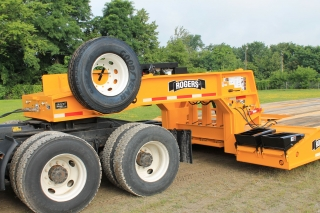 The powerful ram-foot gooseneck uses low hydraulic pressure to safely and reliably lift the load. Hydraulic power is supplied to the gooseneck either by tractor PTO or by the customer specified 23HP Honda gas engine power unit Four standard lashing D's on top of the gooseneck Two spare tire carriers on gooseneck Four front folding ramps