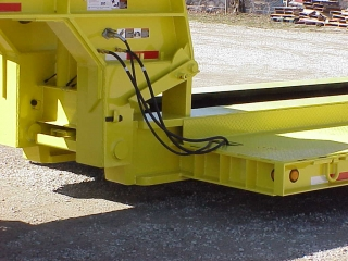 The powerful ram foot gooseneck can lift the load placed anywhere on the deck.