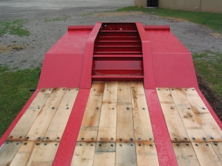 Extra strong motor grader ramps offer access over the gooseneck to machines with high ground clearance.