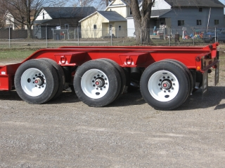 Standard rear frame: air ride suspension with mechanical height adjustment and 275/70R22.5 low-profile radial tires on steel disc wheels.