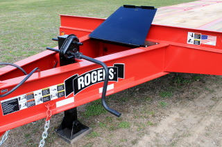A large toolbox with lockable steel lid located in the drawbar provides ample storage for chains, binders, tools, etc. The heavy-duty two-speed landing leg has a lift capacity of 50,000 lbs. and a static capacity of 70,000 lbs.