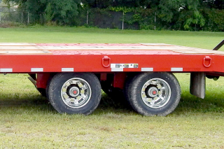 The trailer air suspension provides a smooth and stable ride.  Both axles are equipped with spring parking brakes and a premium 4S/2M anti-lock braking system.  Optional aluminum disc wheels (outer only) are shown.