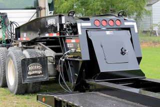 ROGERS CobraNeck gooseneck features easy to adjust deck/5th wheel heights and simple operation.