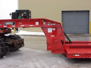 The powerful ram-foot gooseneck uses low hydraulic pressure to lift a load.  Customer specified a 16 HP gas engine installed.  The beam hooks rest on solid steel shafts at the base of the gooseneck.