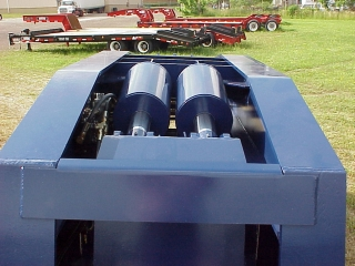 Powerful hydraulic cylinders allow the rated load to be lifted anywhere on the deck using low hydraulic pressures.